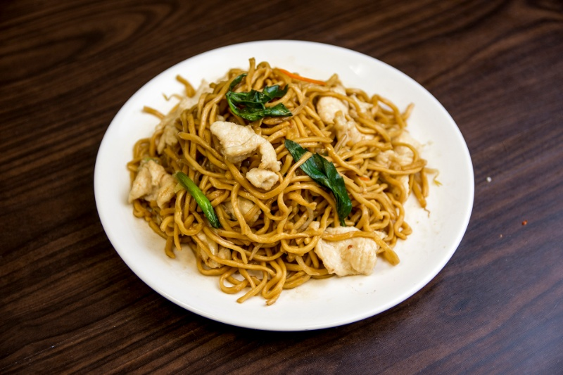 n06. basil with chicken lo mein 九层塔鸡捞面
