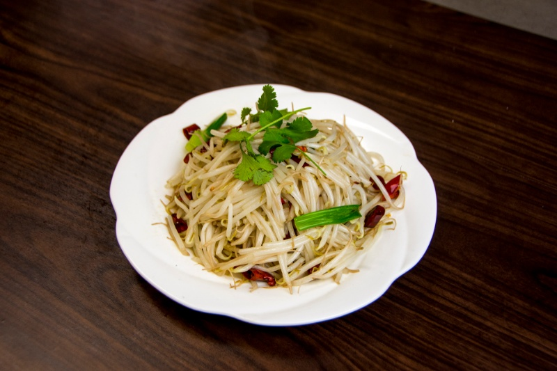 v12. green bean sprout with dry pepper 炝炒豆芽